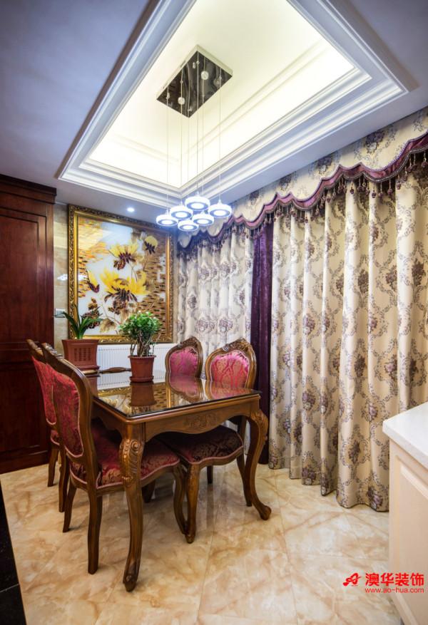 餐厅紧邻客厅,面积较为紧促,仅仅可以容纳一个餐桌,因此,合理得体的软装显得格外重要。超大幅的金色十字绣富丽堂皇,雍容华贵。