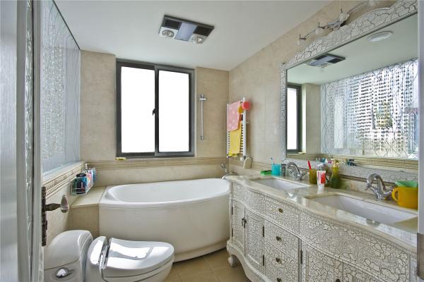 卫生间比较狭长,白色的地面砖与墙面砖显得温暖而干净,象牙白的洗手台搭配纯金色的水龙头让卫生间平添一份奢华。