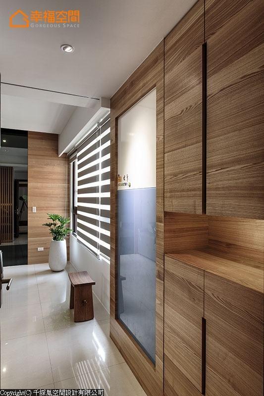 藉由入门处鞋柜量体的规划,形塑完整玄关意象,并利用烤漆留言板的设计,将结构大柱巧妙隐藏。