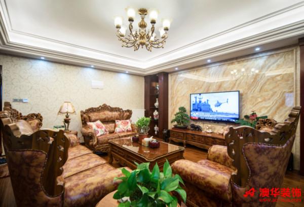 深色系沙发做工细致,柔软厚实,提升了整个客厅的品味和格调。电视背景墙的展示架上摆放着各式古董珍品,显示出主人的审美品味和深厚文化涵养。