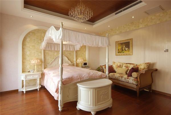 纵阅整个别墅,窗帘布艺在此当中起到了不可忽视的作用,从最基础的为每个特性空间调节人居生活认为合适光度之外,他们自身独特的花纹,