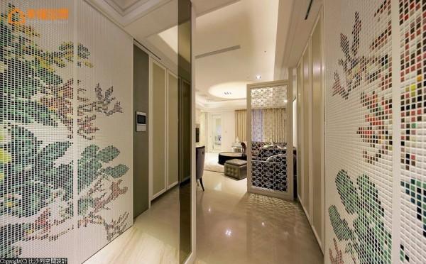 牡丹花卉图腾转以马赛克壁画呈现,三等分段落中,其一者实际隐藏着深度柜体,可收整大型居家杂物。
