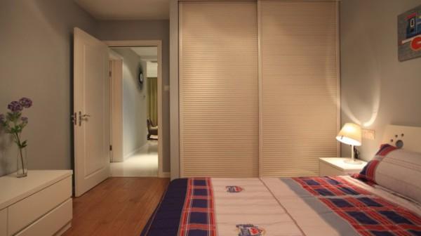 """儿童房也是遵循主卧的设计风格,还是讲究一个""""简约"""",有所不同的是,主色调变得更加明亮,增添了较多的其他色彩进行调配,男孩子的卧室嘛,当然需要布置得更加阳光和多彩。"""