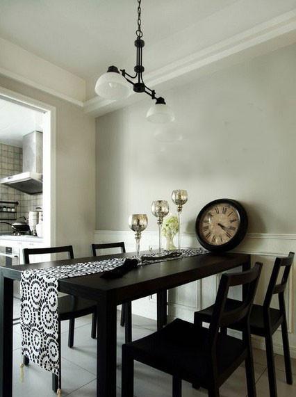 第四招:装饰简单化,不累赘的空间感 餐桌华美的布艺装饰也是田园风装饰必备的单品,设计师选择黑白花纹与黑白主色调一致,花纹简单,色调不突兀。通过吊顶的方式实现功能区划分。