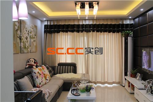 客厅是家庭中家人共同娱乐的场所,所以要强调他的空间和舒适性,同时是家中的视觉中心,这个空间强调对比,用深咖色的背景满铺背景墙用黑色实木线条收边与背景融合一体。同时与沙发背景形成强烈的黑白对比。