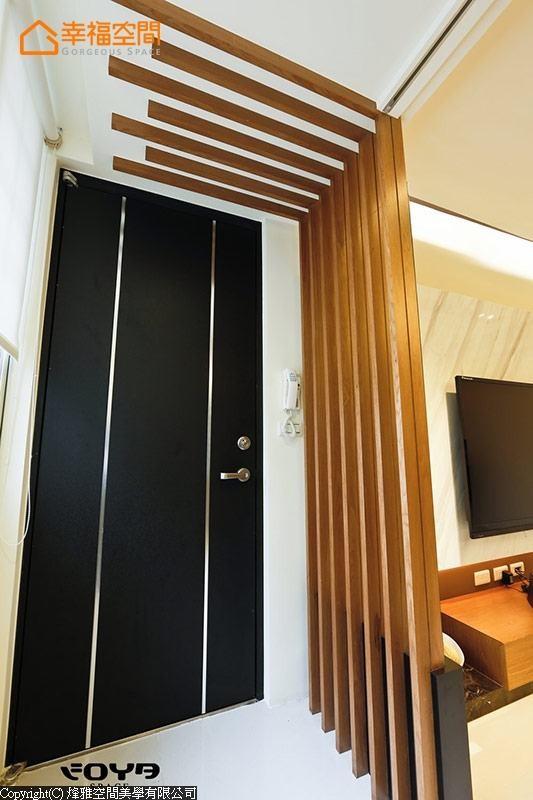 木质格栅延伸到天花板,造型创意中又兼顾玄关意象。