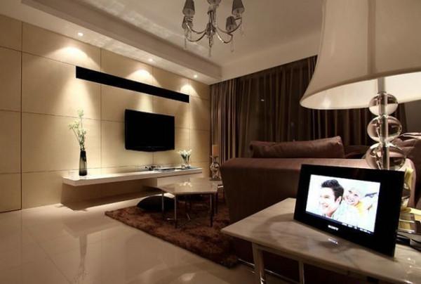 站在客厅就能看到书房。形成一个半开放式的。客厅地面彩用的是白色的抛光砖。沙发围绕着茶几 ,沙发独立成组靠在一角,给人一种舒适安静的感觉。客厅只做了简单的直线造型。