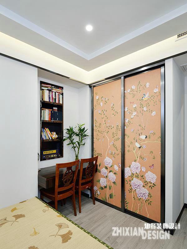 次卧设计的较为精简,近门的位置设计成为迷你的阅读台,因空间所限,设计另辟蹊径从墙上谋取空间,得到一个立体书架。衣柜嵌墙而入,精美的拉门则成为姣好的背景。