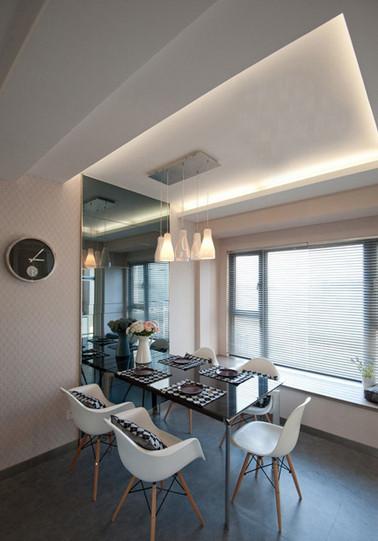 黑色的玻璃面餐桌很有现代气息,搭配白色的餐椅也很经典。餐厅里有大大的落地窗,厨房做的双推拉门。桌上的餐垫和靠垫都是格子的,很有现代感。