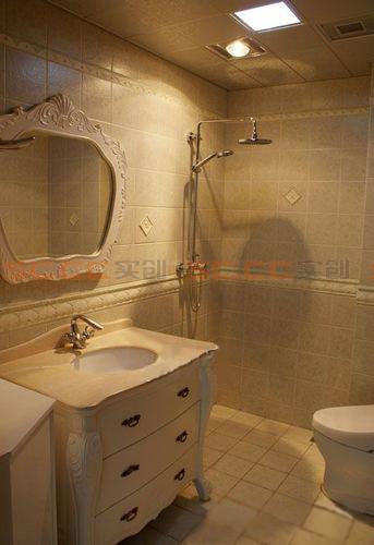 亮点:定制的浴室柜及镜子,与整个空间形成整体,尽显欧式,清爽大气。