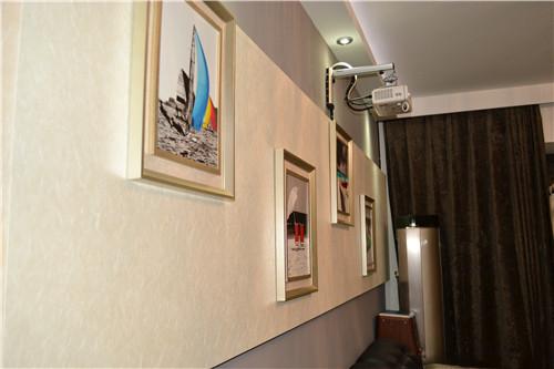 过道两边的墙壁上挂着墙画,别具风味