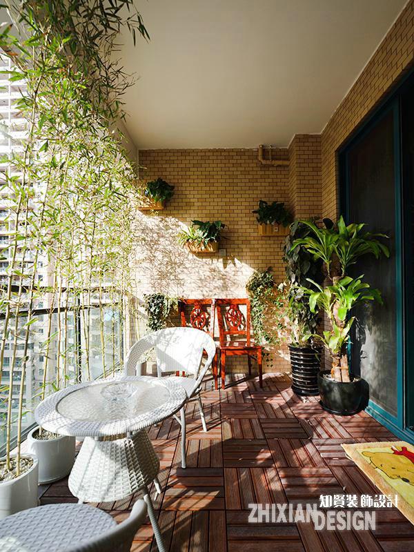 充分合理的利用每一寸空间,是设计身体力行的设计原则。阳台的空间设计再次证实了这一原则,将其规划为气氛怡然的休闲憩处。安坐一隅,满眼的绿色和阳光,添了生活的美好时光。