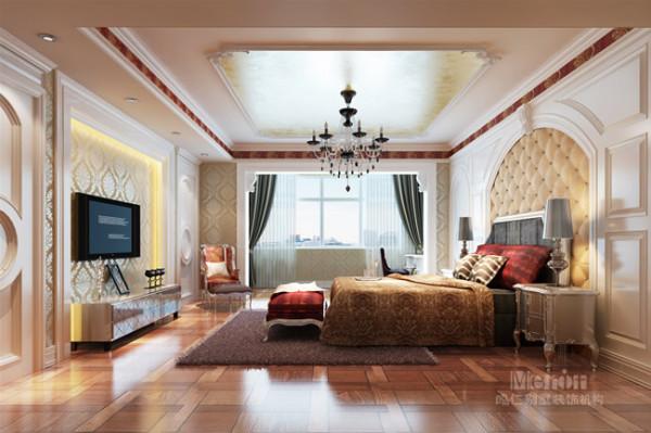主卧的装饰更多地在于考虑环境的对称统一,电视墙的真假两扇造型门与中间的多层次线条造型相互搭配,形成一整面的电视背景造型墙;为了满足空调出风口的功能需求,吊顶采用了最简单的单边直线造型。