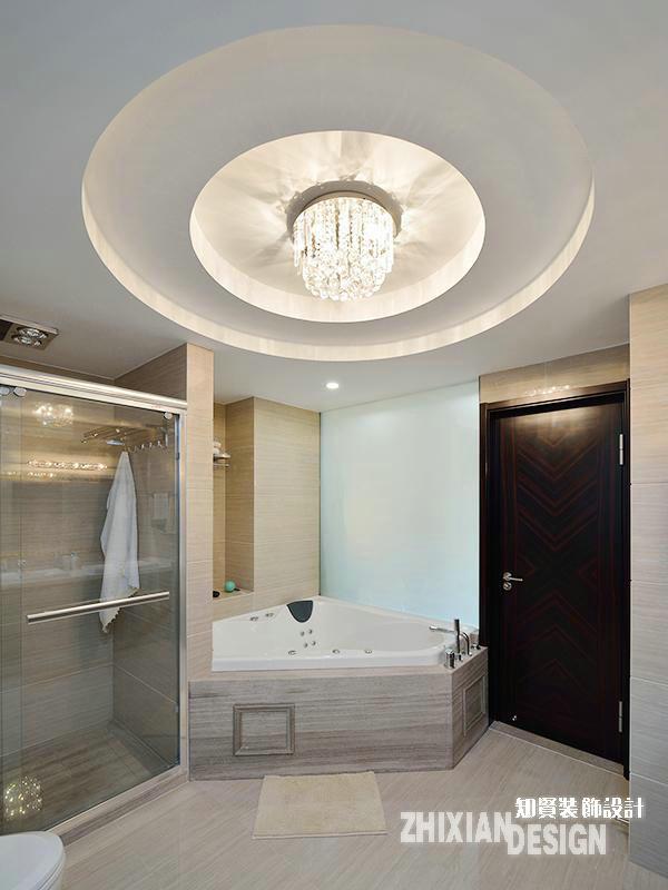 卫浴间的功能组合丰富,以洗浴为例,设有淋雨和泡浴两种选择。淋雨房紧设在在浴缸旁,贴合空间特点,定制安装,设计十分精巧。