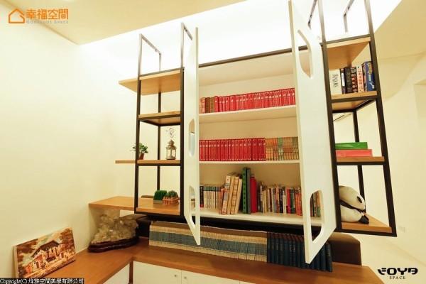 门片内又是另一个书柜空间,可依书籍类型弹性选择收纳方式。