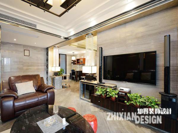 客厅的设计隐含着无数的线条,最终组合成了其纵横交错的纹理感。电视背景墙为后期人为搭建,有效的界定了空间的同时,避免了空间一通到底的裸露感。