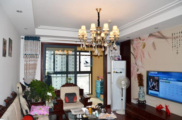 客厅---白色主调下,实木地板、家具,搭配古典的水晶吊灯,和谐而美好。电视背景的画卷造型,更是点睛之笔