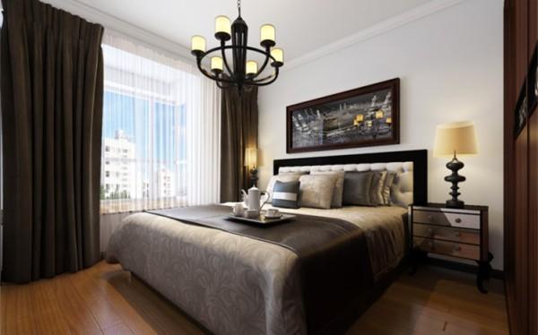 主卧是主人休息的主要空间,整体的空间以白色为主,再配以深色的窗帘使整个空间沉稳不压抑。床头背景的挂画边框设计为黑色,与家具完美结合使整个空间的设计融入了舒适安逸的双重质感。