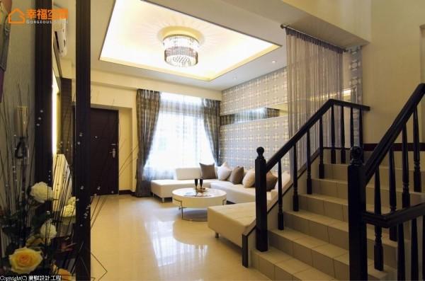 一盏时尚流苏造型的水晶灯具,在方正的间接照明中,增加软性的奢华质感。