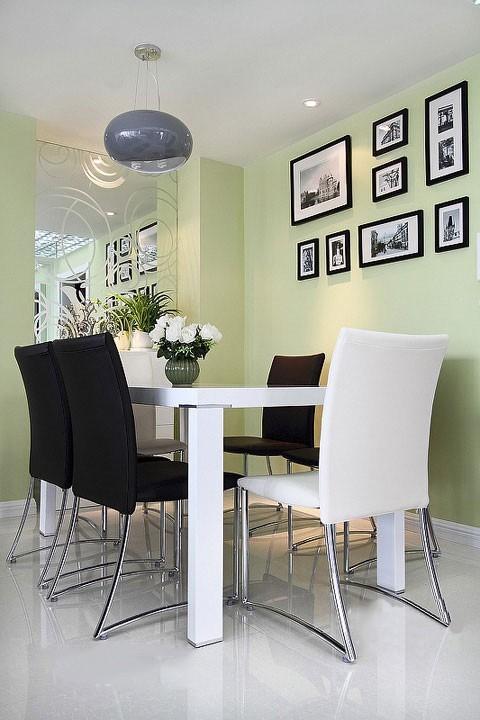 餐厅空间里如果家具设计太过花哨可能会产生凌乱的感觉,统一的家具设计能让空间整利落。方形的餐桌、椅子,以及边角分明的硬线条设计,都营造了简洁明快的整体效果。