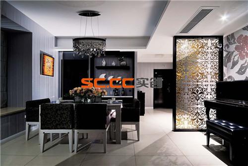 餐厅的空间讲究对称且划分简单合理,给了主人们更充裕的自由活动空间,餐桌旁的置物柜简约大气,兼具收纳和装饰功能。