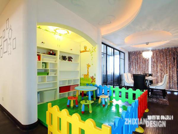 设计巧妙的于客厅中隔出一个书房,同样的方法也适应于餐厨空间。利用人文构建的墙面,设计间隔出餐厅近半的空间作为儿童游戏区。缤纷的色彩,高效的收纳,小小的游乐区,童趣十足。