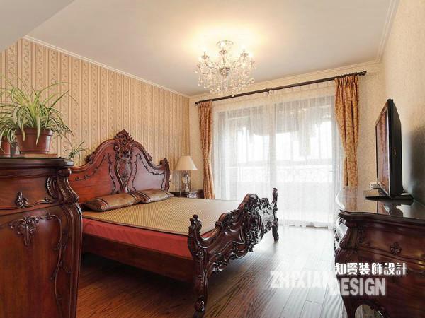主卧设计与客厅设计有异曲同工之妙,皆于繁琐结合中,锻造出空间淳厚雅致的美感。家具上繁杂细致的雕花以鲜明尖锐的视觉冲击力紧紧抓住了人们的视线,配合淡雅的壁纸和其他点缀,卧室完美的诠释了设计之美。
