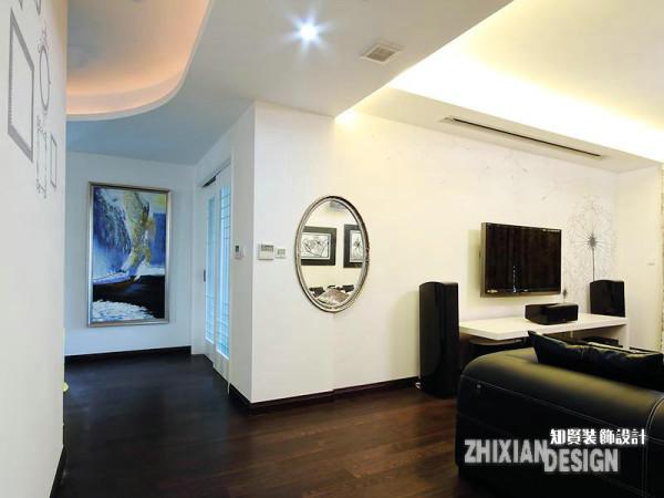 本案原为两居户型,考虑到业主原定的功能规划,设计师将客厅的区间进行了行之有效的分割,二分为客厅,一分为书房。根据设计需要垒砌的墙体,将一个空间一份为二,仿若天然