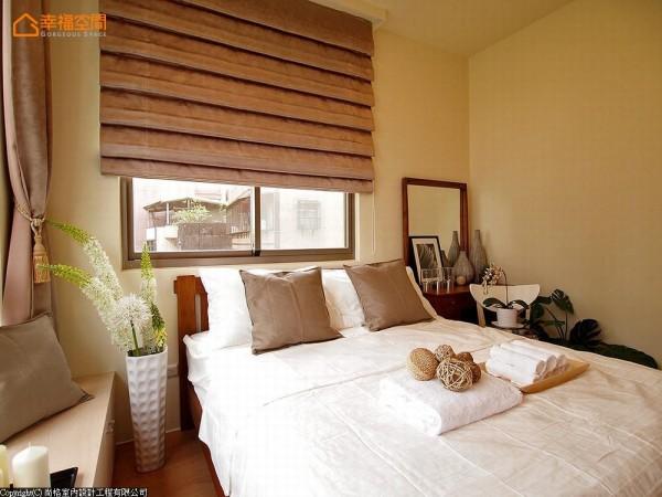 度假风床架与寝具,有种远离都市的放松感。