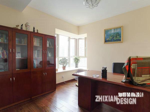 书房设计精简,整个空间未有多余的造型,简单明了,家具则选用了最为普通的现代家具,线条平整,书房也得以拥有了更为开阔的视野。