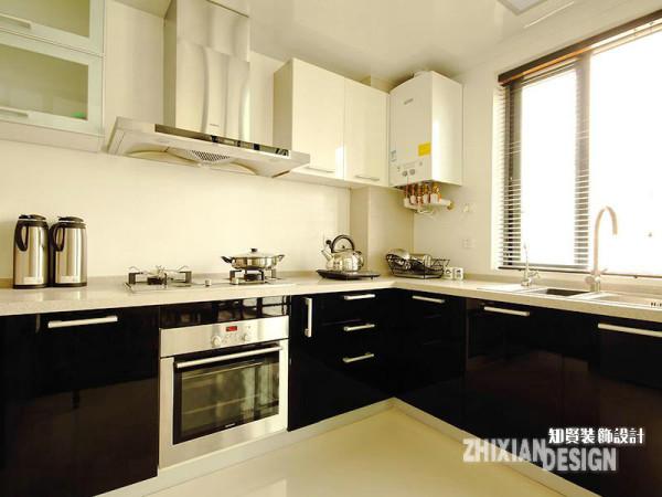 厨房设计在色调上与餐厅保持基本一致,简洁干净的色调和一体式厨房家具的选择,让厨房更富空间感。