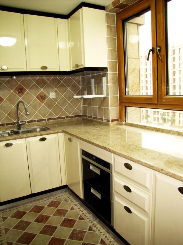墙面采用了整体的淡色瓷砖,在减少清扫劳动量的同时,也突出了橱柜的质感。