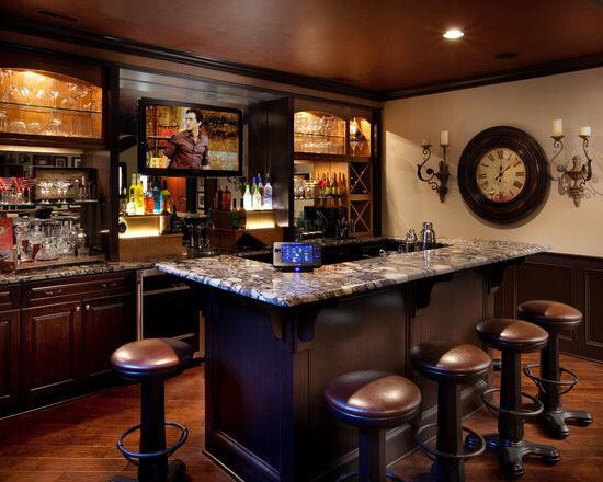 木制的吧台,舒适的吧椅,微型的壁式酒柜,位置刚刚好的电视机,外加暖意洋洋的灯光,一个家庭式小酒吧就诞生了。