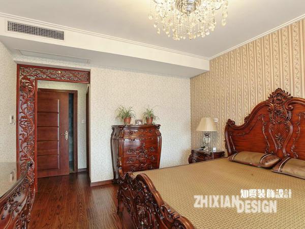 换个角度审视卧室,我们发现门的设计业也采用了镂空的设计造型,究其深意,或许在于,于中国传统家居而言,门的存在要门张扬,要么隐匿,显然这里要做的是隐匿