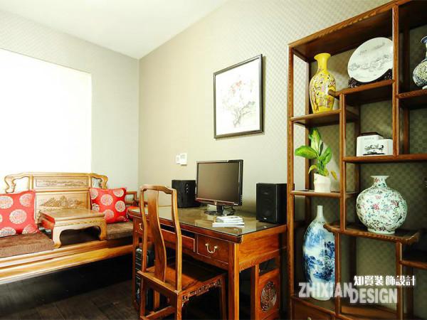 鉴于业主对中式的喜爱,空间设定为中式式风格。书房面积狭长,小尺寸家具成为必然的选择,构造精简的多宝阁,迷你的长榻和书桌椅,几个小尺寸家具组合成别有韵感的小书房。