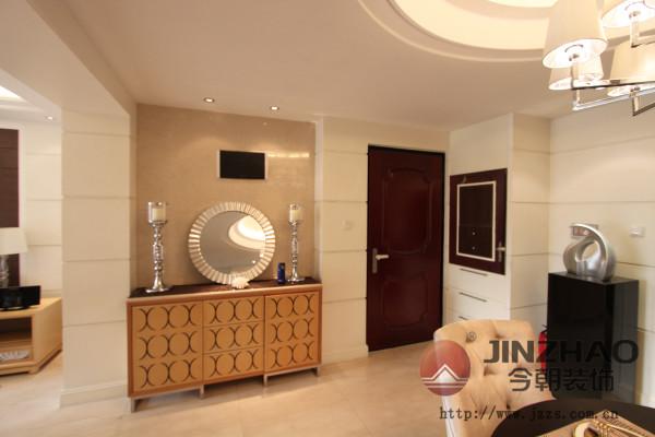 现代简约风格客厅,给人视觉的、精神的享受。浅色的沙发、木制的茶几,完美的将时尚与古典融合。室内融合一个看起来简单的角落设计,其实都凝结着设计师的独具匠心,既美观又实用。