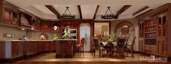名雕丹迪设计美式自建别墅餐厅:家具的选择也同时起到了强化美式风格的作用,实木的材质,质感粗犷,造型富于变化,柔顺的线条花纹,让装饰呈现出多样的视觉美感。
