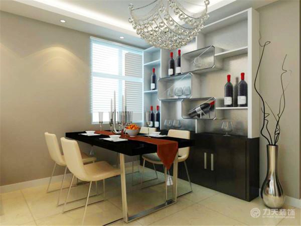 餐厅摆放了四人餐桌,餐厅还有一个小窗户,使室内空间更加通透明亮,餐厅背景墙放了一个酒柜,既有装饰作用也有储物功能