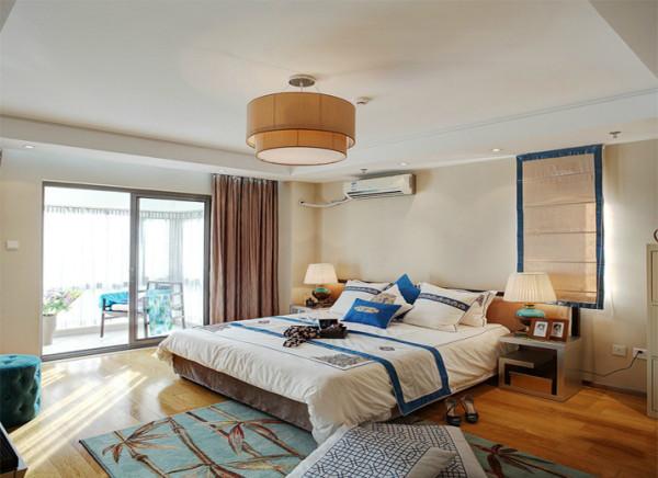 设计理念:卧室温馨的色调搭配鲜明的蓝色对比强烈,效果出彩。 亮点:地毯和床上用品虽然带有中式元素,但充满了现代感。