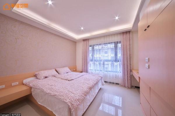 粉色调性大女儿房,运用床座造型将床边柜的对称性统整,开阔简化水平动线。