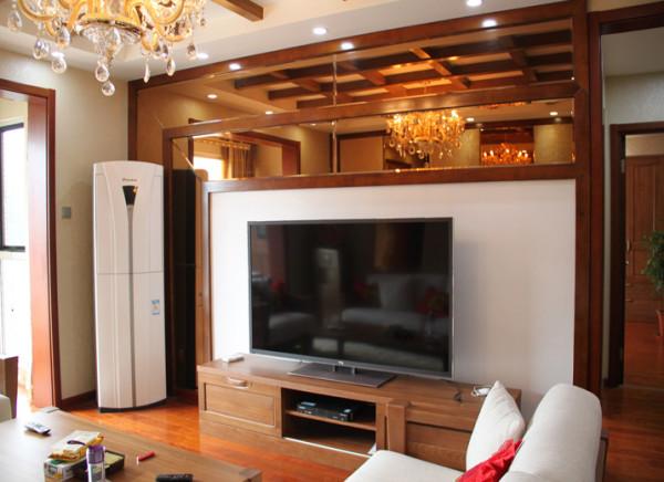 简单的是木线条收边,局部的茶色镜子背景结合局部的留白,体现了一个不一样的电视背景。