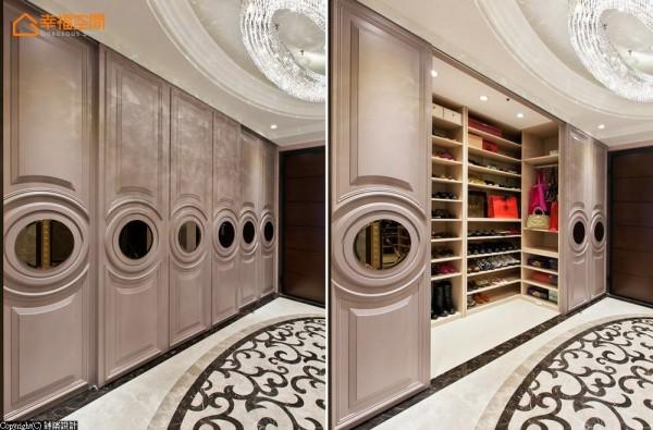 拉门式柜面以精致线板与镜面带出雅致美感,这也是古典风格常见的元素。