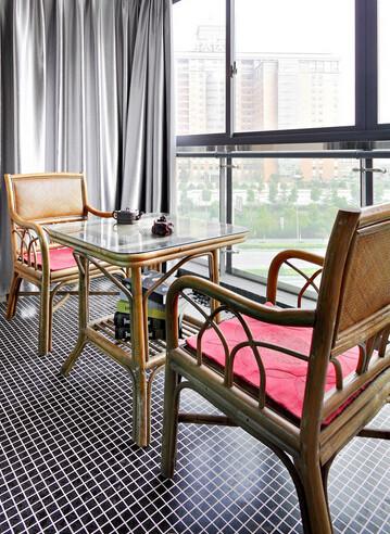 空间设计的最终,还是要回归以真实生活的本质。宽敞的阳台是建筑本身的特色,悠閒時坐在廊道上,两把藤椅一壶茗茶,放上一张爵士乐专辑,将视线穿透玻璃之外。