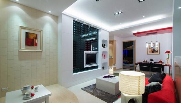 厨房采打通方式并以矮柜作出厨房和客厅间的区隔,视觉有延续和穿透感,短柜亦能作为展示台及备餐功能。
