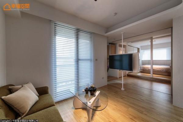 日光明亮的公共空间内,设计师将轻钢架旋转电视置于空间轴心处,视听线材游走天花收纳于厨房墙侧柜体内,简化生活机能线条。