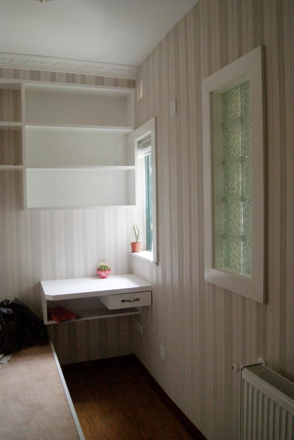 儿童房,简易书桌和书架,现场定制榻榻米,适用且储藏空间大