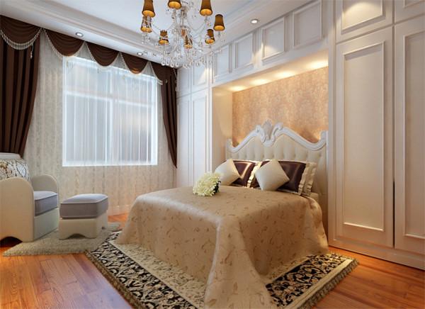 床头墙面的一组衣柜使得整个空间增添了不少神秘感,欧式风格的床头配以咖色水晶吊灯让空间简单不失浪漫,而是别有一番韵味。