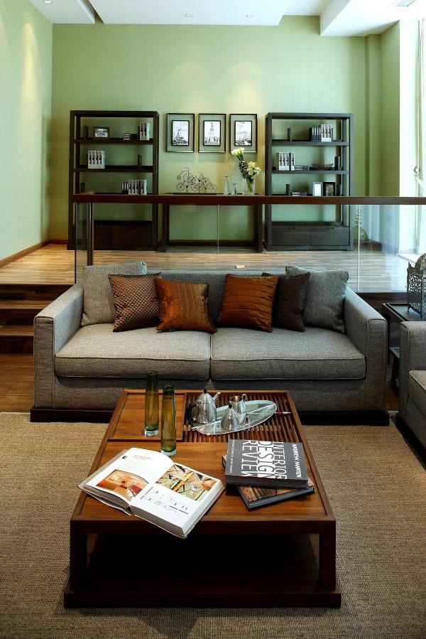 新中式软装设计 客厅剑麻地毯将总体色调与视觉效果融洽连贯。装饰柜的大小比例以及色调都控制得当,让空间气质均匀分布,加上抱枕、装饰挂画花艺装饰摆件恰到好处的陈设设计,让整体空间散发出淡淡的儒雅气质