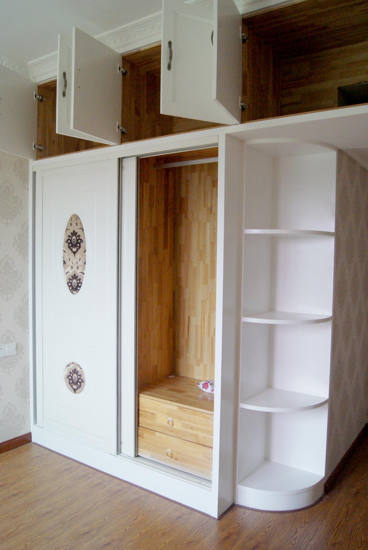 主卧衣柜,转角设计了弧形展示区图片