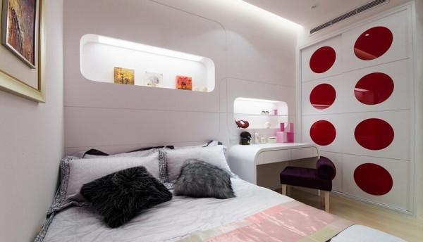 搭配浪漫的紫色窗纱和单椅,强调出女性时尚感;架高的地板区隔出睡眠区及起居空间,动线顺畅。